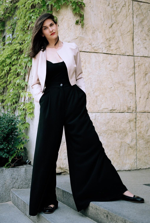 široké kalhoty svysokým pasem vprodeji vshowroomu