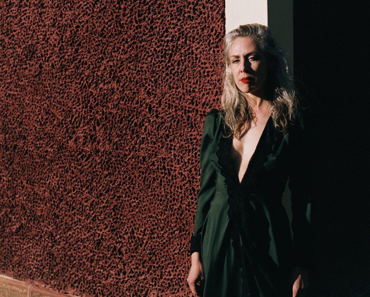 hedvábní Alice, zdobené italskou krajkou asámečky na zádech, vprodeji vshowroomu