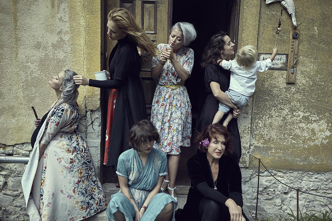 Dovima the Lazy Dress aneb žánrové výjevy ze života matek, foto Bet Orten, cell editorial vprokliku