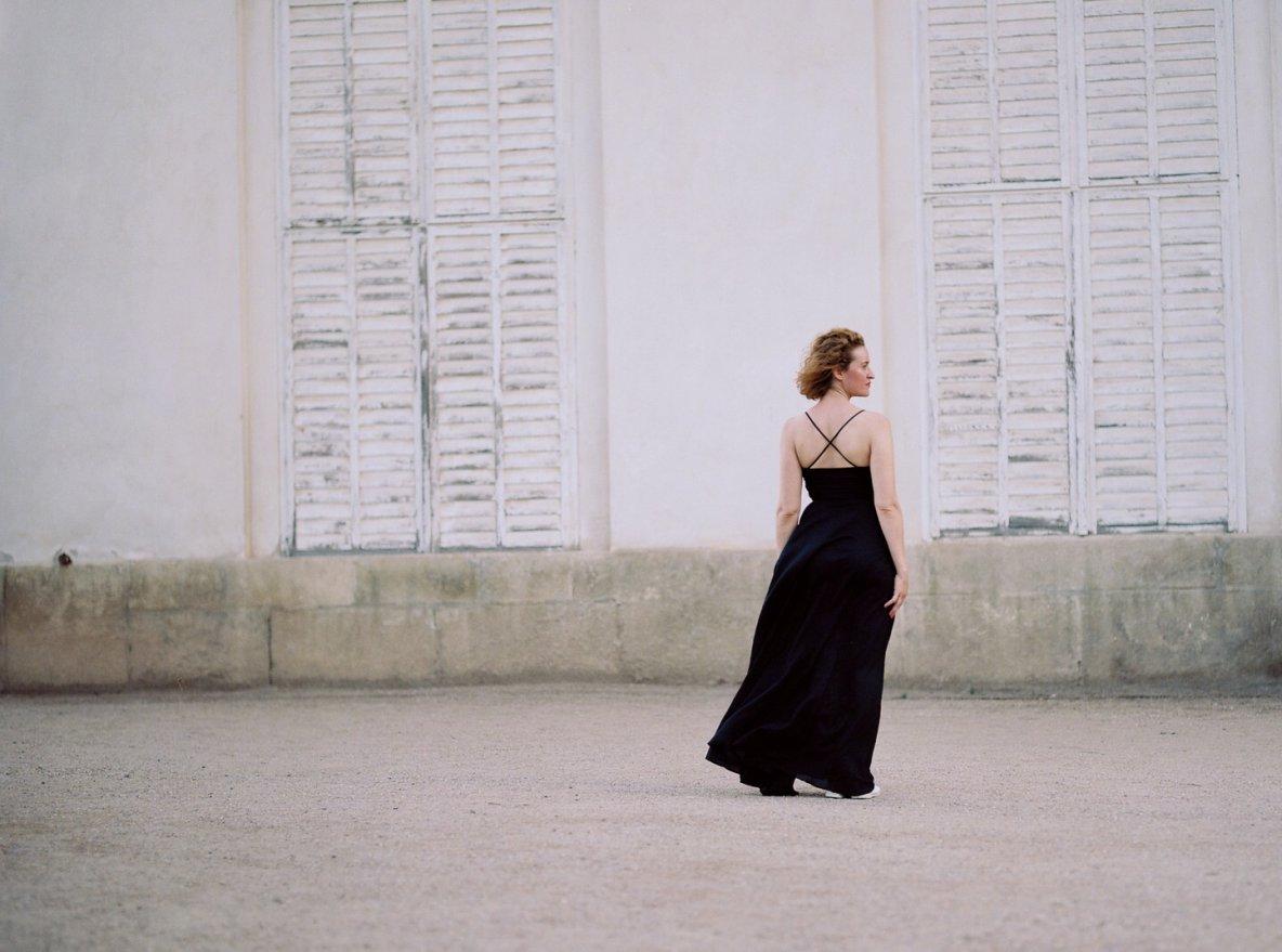 dlouhé šaty Jenovéfa vjemném voálu vprodeji