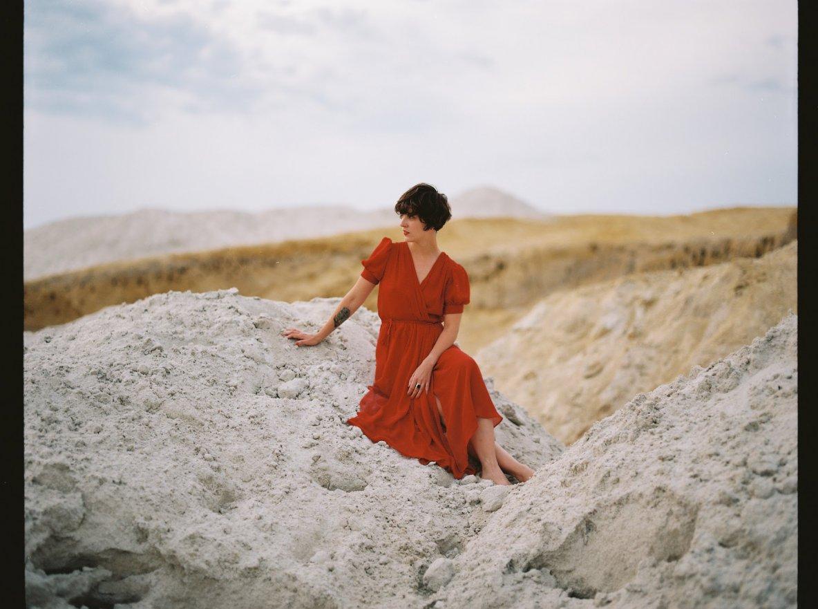 Šaty Hagar vrůzných barvách hedvábí